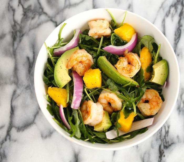 recettes de salades composées, mangues et crevettes, avocats, roquettes