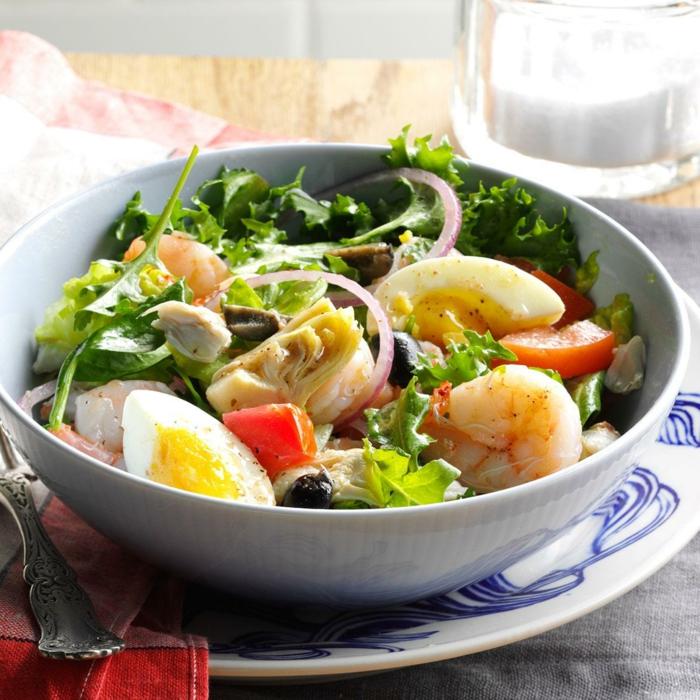 recettes de salades composées, oeufs dûrs, oignon rouge, crevettes
