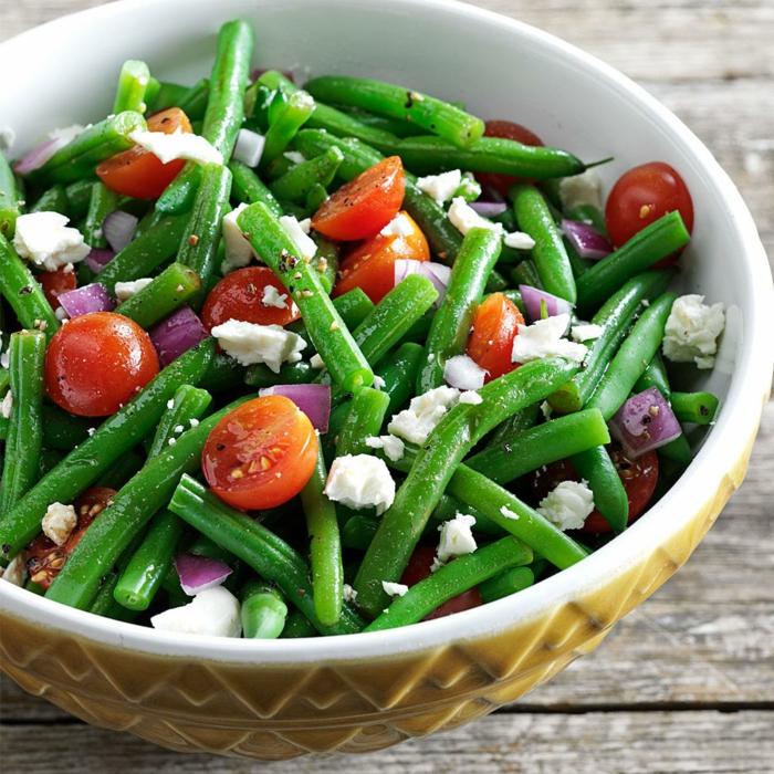 recettes de salades composées, haricots verts, oignon rouge, tomates cerises, fromage émietté