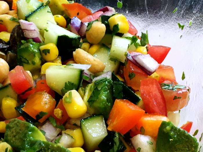 recettes de salades composées, salade avec mais, concombre et tomates