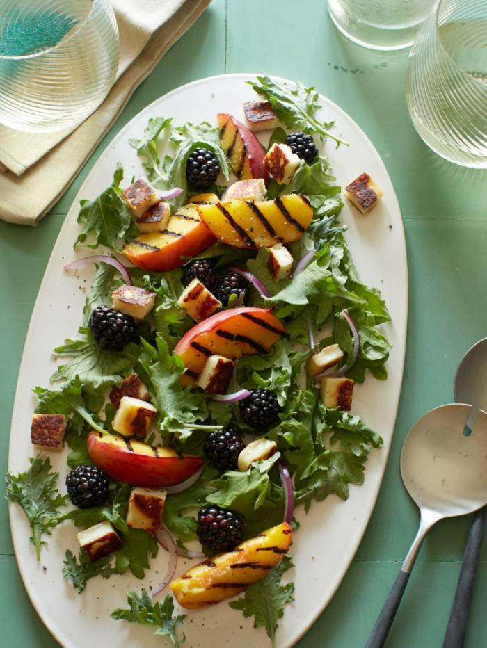 recettes de salades composées, fromage rôti, nectarines, fruits rouges