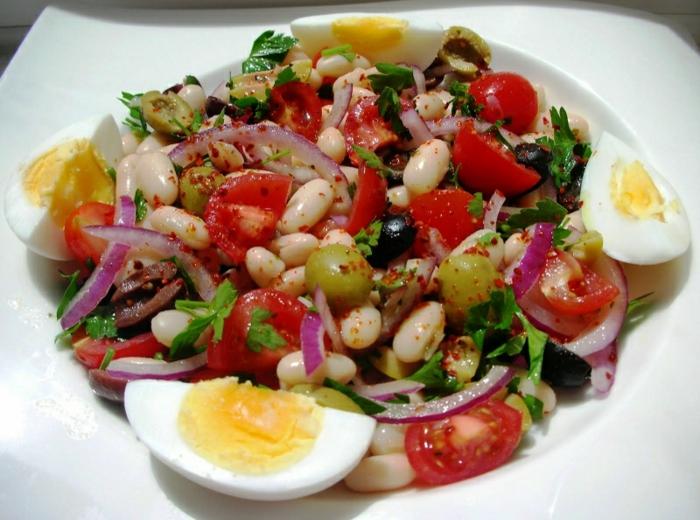 recettes de salades composées, haricots blancs, olives vertes, tomates cerises, oignon rouge