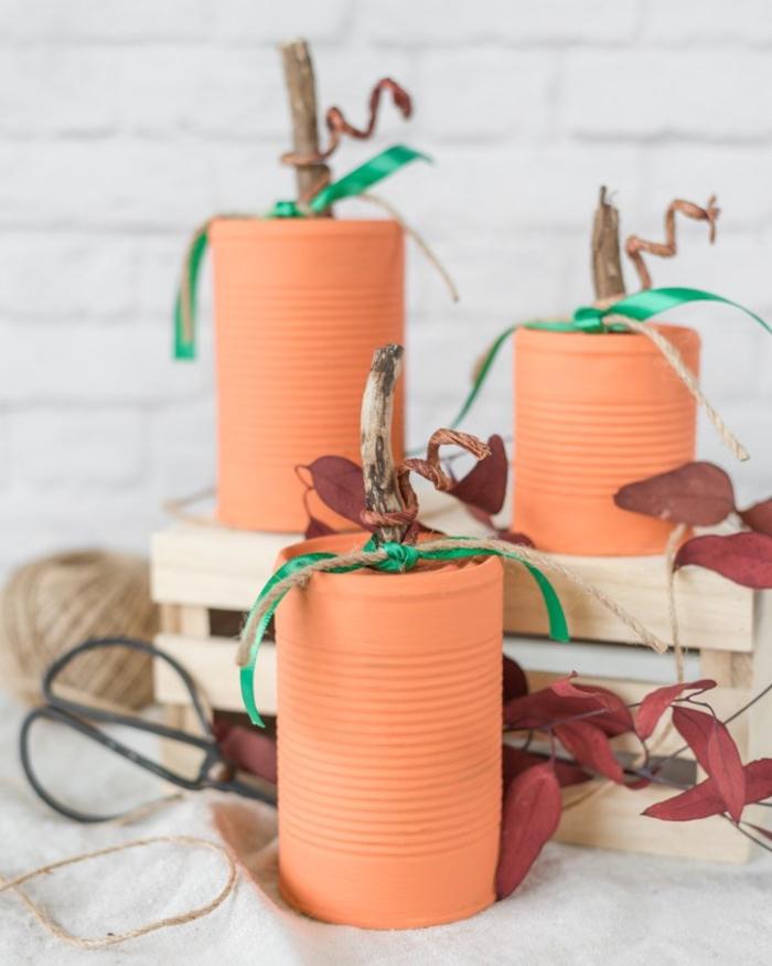 une boîte à conserve récyclée en jolie objet déco d'automne, idée originale pour un bricolage automne de récupération