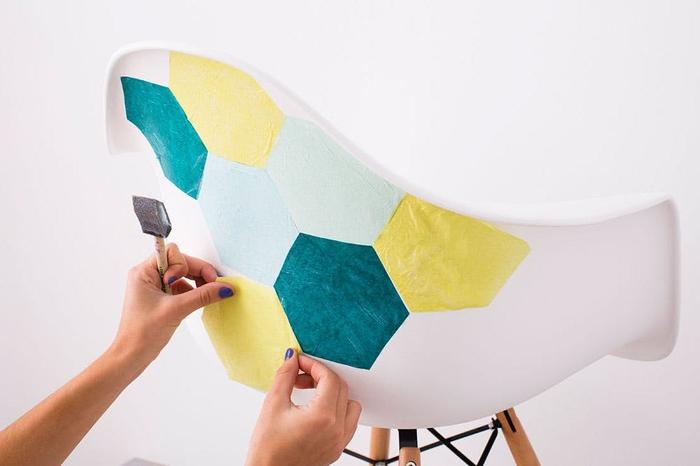 customiser un meuble terne à peu d'efforts grâce au collage de serviettes en papier colorées