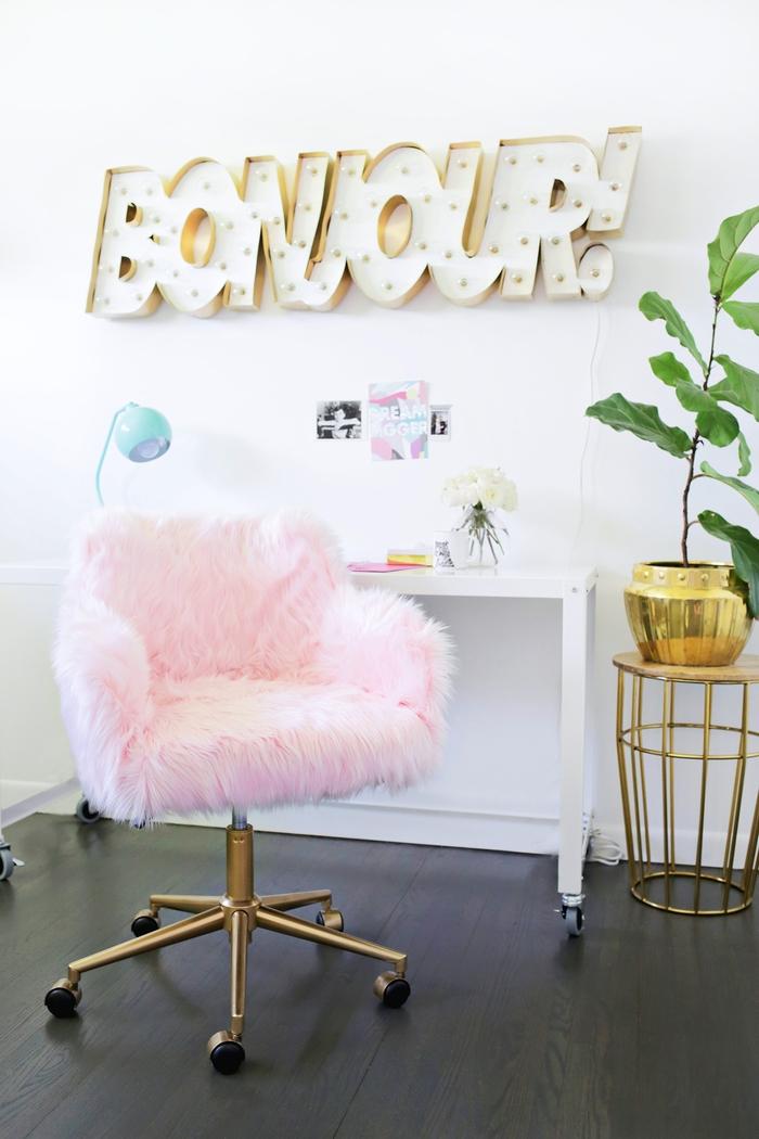 accent girly dans un coin de bureau élégant avec une chaise de bureau revêtue de fausse fourrure, projet de relooking meuble à petit budget