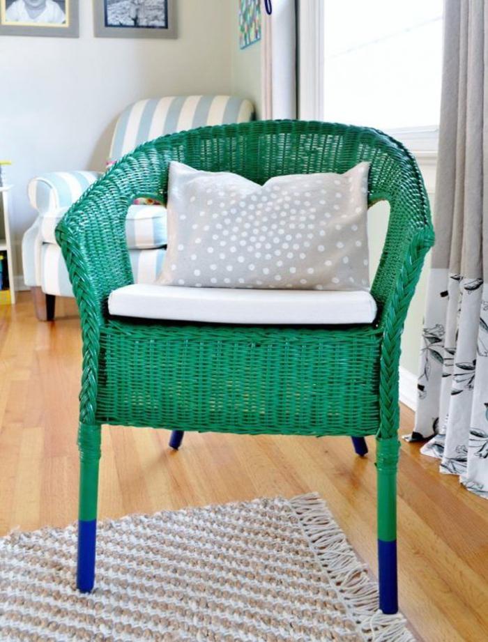 meuble relooké à peu d'effort et à petit budget, chaise en rotin verte à pieds repeints en bleu