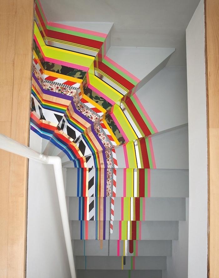 résultat final, comment relooker un escalier, repeint en gris, technique de decoration avec de bandes de washi tape colorées à motifs variés