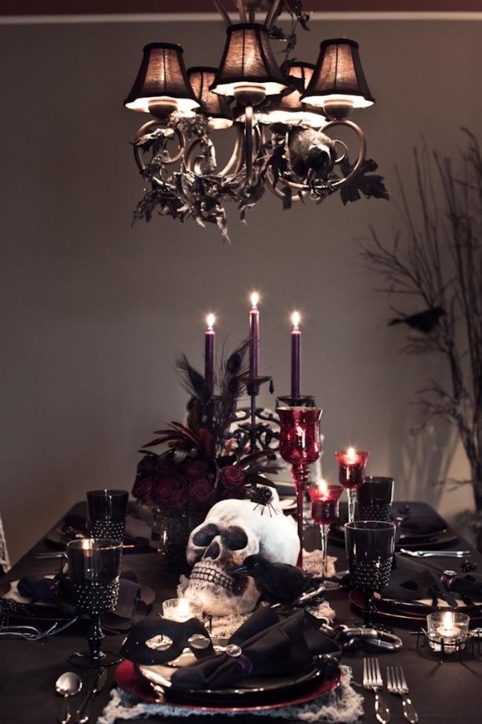 idée pour la déco de la table halloween en noir et rouge, crâne décoratif en polystyrène avec bougeoirs bordeaux