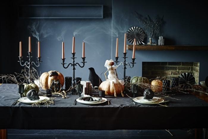 fond d écran halloween, salle à manger aux murs noirs, déco de table halloween avec nappe noire et bougeoirs cuivrés