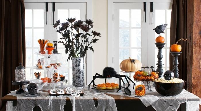 soiree halloween, salle à manger aux meubles en bois et rideaux longs en marron foncé, vase blanc et noir à motifs floraux