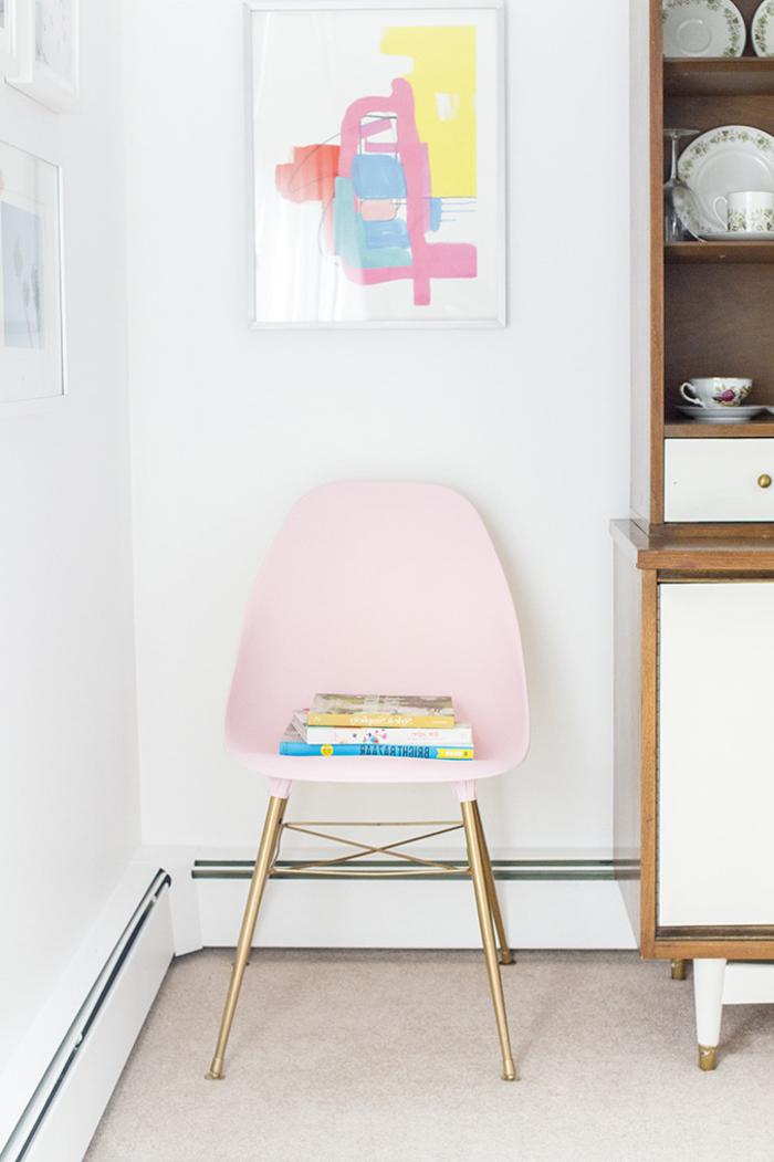 peindre un meuble en nuances pastel pour un aspect chic et féminin, chaise en plastique et métal à finition dorée