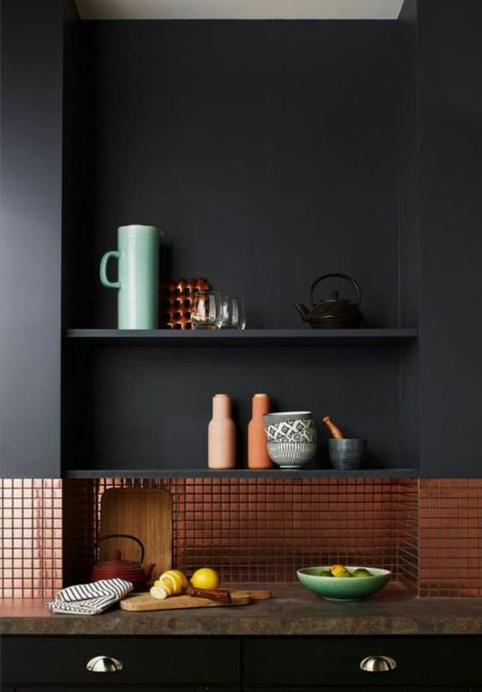 quelle couleur pour les murs d'une cuisine, gris fumée, avec des étagères en gris fumée, meuble en noir avec plan de travail en taupe, revetement de la partie basse du mur en cuivre, avec des motifs carrés