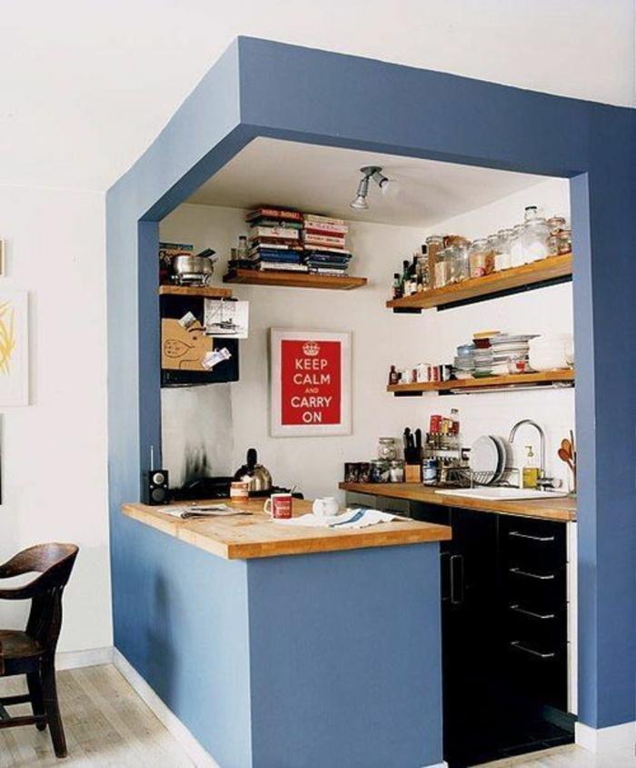 quelle couleur pour les murs d'une cuisine, peinture pour meuble de cuisine, couleur bleu canard, niche avec la partie pour préparer les plats, bar avec plan en beige clair, sol au revêtement en blanc crème et gris