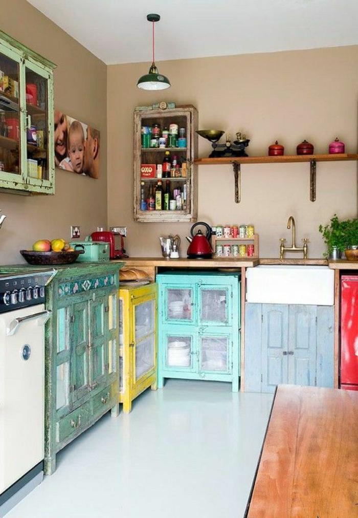quelle couleur pour les murs d'une cuisine, murs beiges, avec des meubles en bleu turquoise, jaune, rouge, blanc, sol blanc lisse