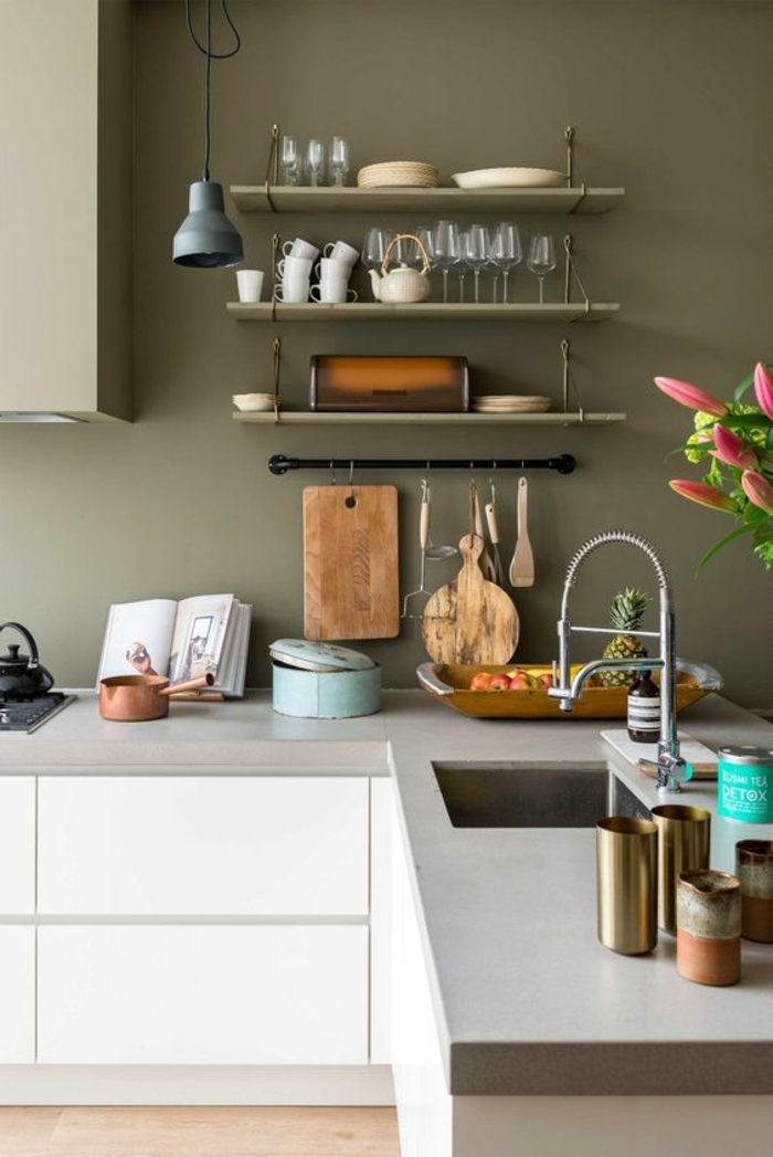 quelle couleur pour les murs d'une cuisine, murs en olive, meubles en blanc et gris, sol en beige, étagères vintage en bois et en métal