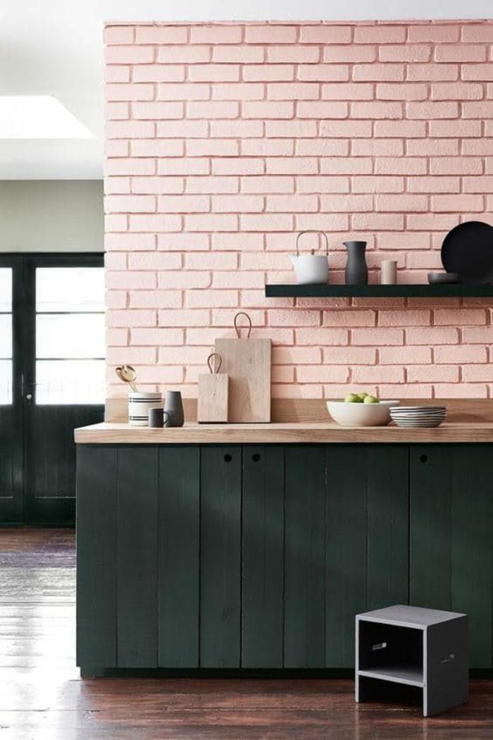 repeindre sa cuisine en rose avec des briques colorées en nuance pastel, plan de travail rose et meuble gris fumée, sol au revêtement marron foncé