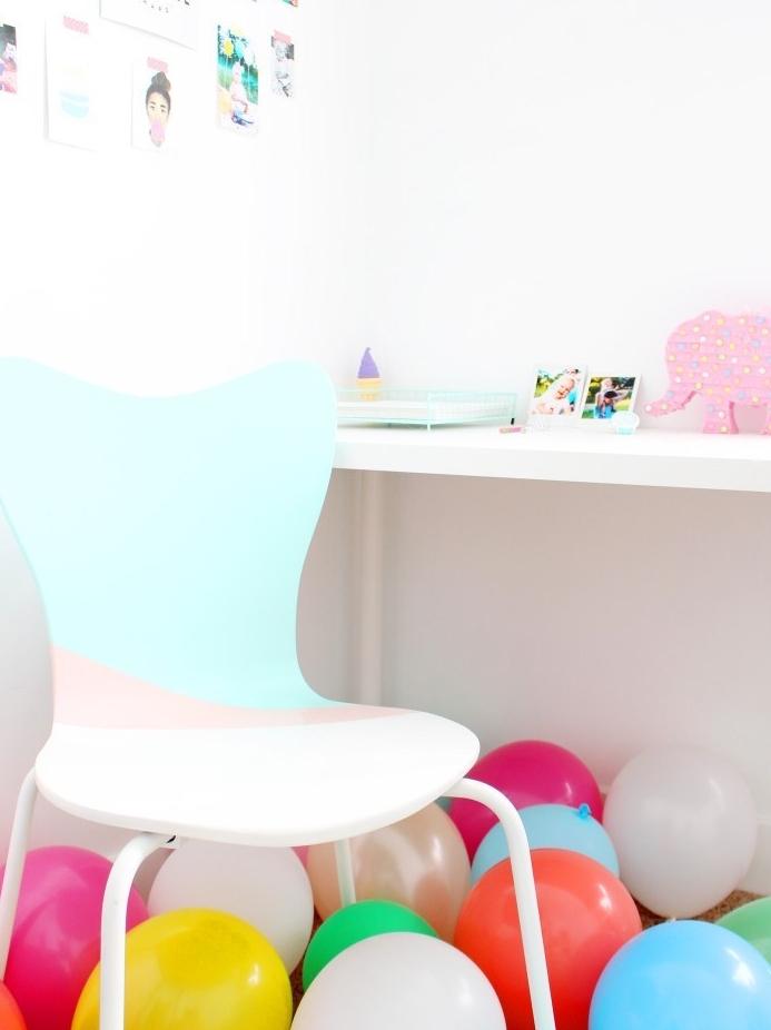 chaise décorée de peinture bleu et rose pastel, bureau blanc, ballons colorés, activité manuelle adulte, diy deco