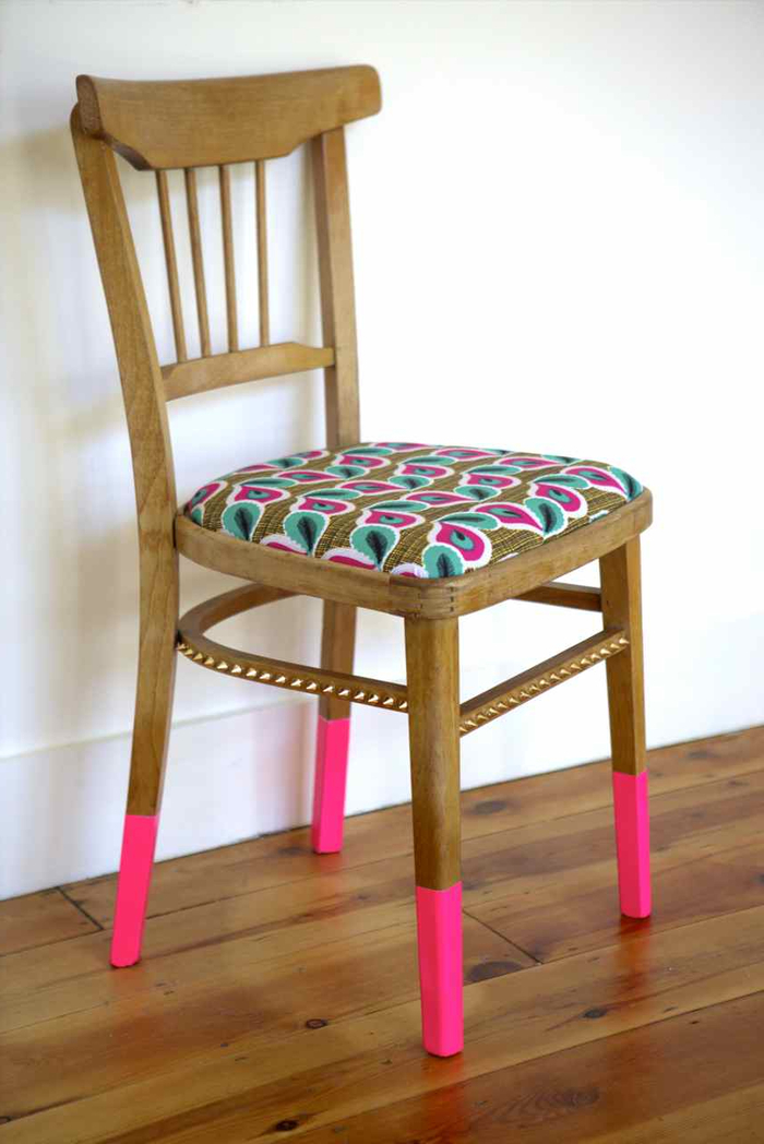 idée pour un meuble relooké à petit prix, chaise aux pieds peints en rose fluo qui reprend les motifs du coussin