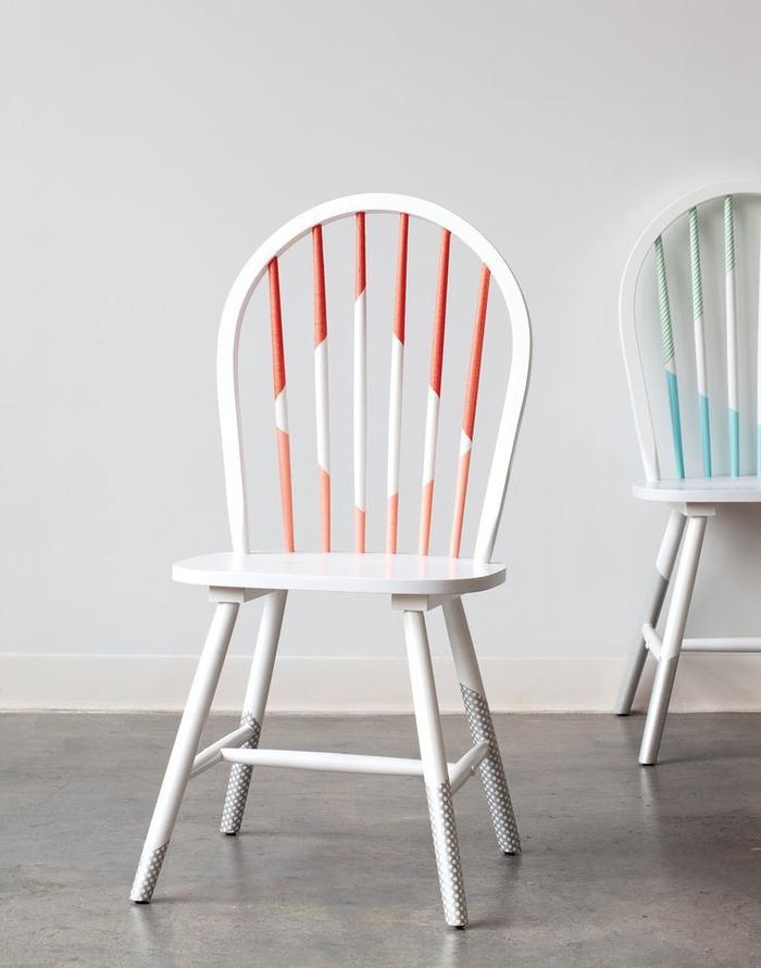 idée originale pour repeindre un meuble en bois et réaliser des motifs graphiques, chaise vintage transformée à quelques coups de peinture blanche et corail
