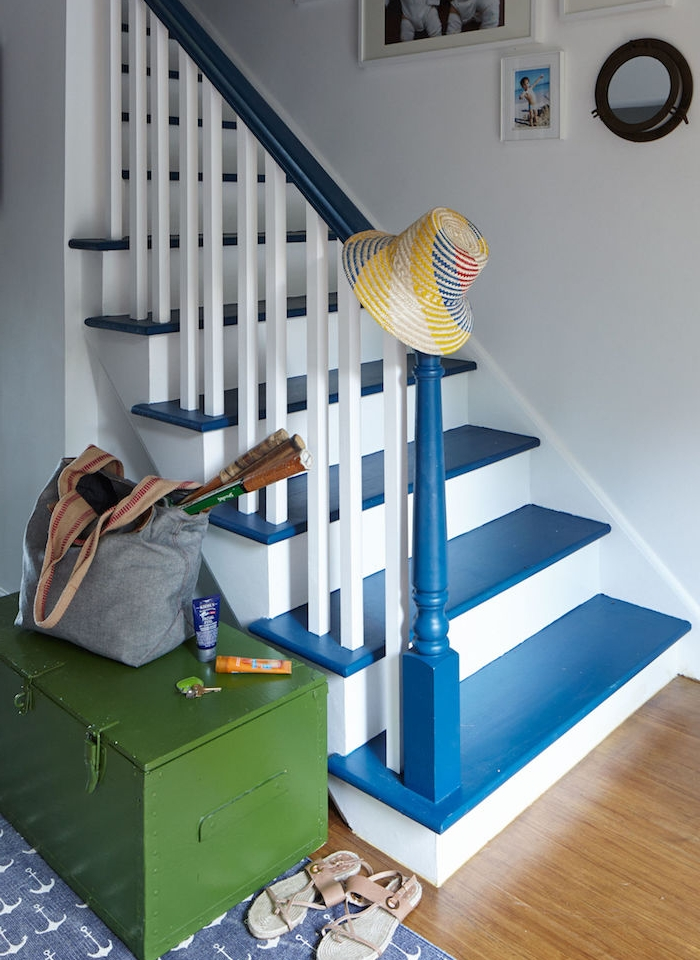 peinture escalier, marches repeintes en bleu, main courante bleue et contremarches et rambarde blanches, parquet clair, deco de mur de cadres, coffret vert olive vintage
