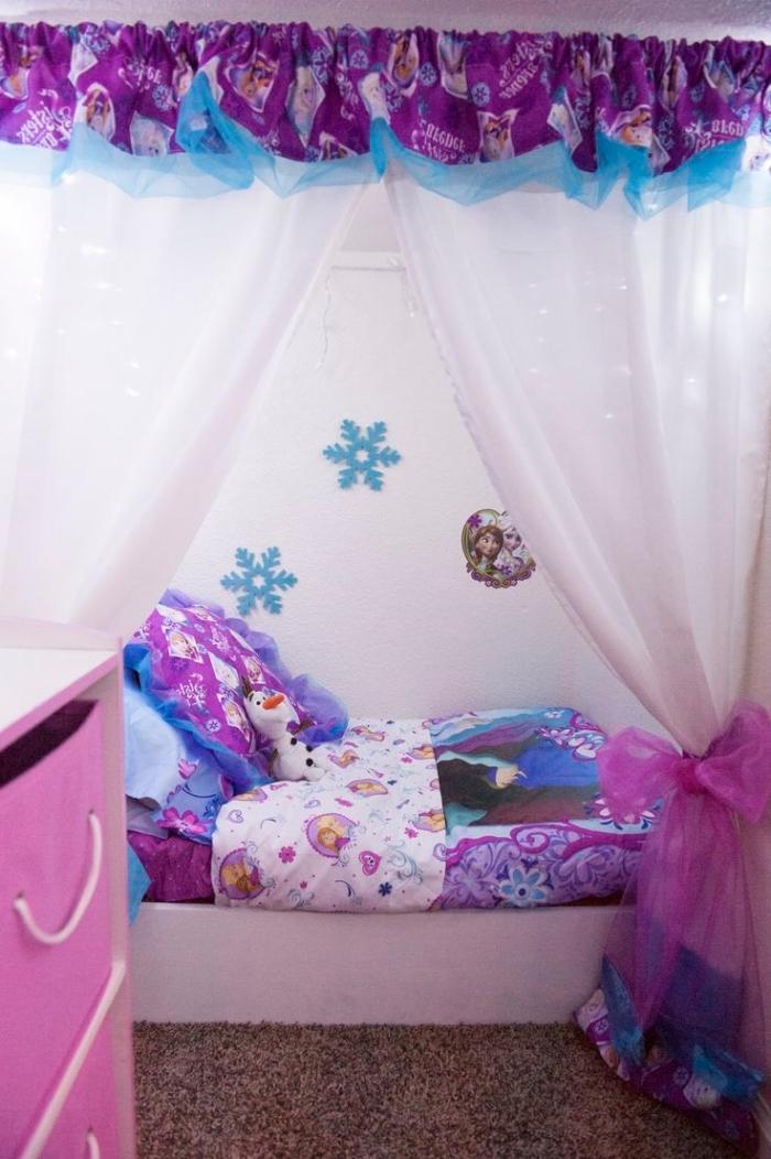 housse de couette la reine des neiges, petit lit à baldaquin avec cantonnière violet et bleu à motifs reine des neiges