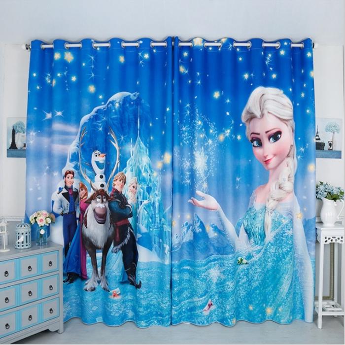 deco chambre fille, pièce enfant aux murs blancs et rideaux séparatifs à design Frozen