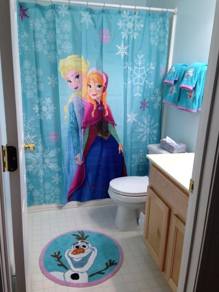 deco reine des neiges, aménagement salle de bain à design Frozen, petit tapis rond de bain à design Olaf