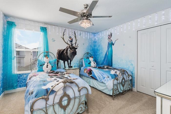 decoration reine des neiges, chambre aux murs blancs et tapis beige, housse de couette la reine des neiges