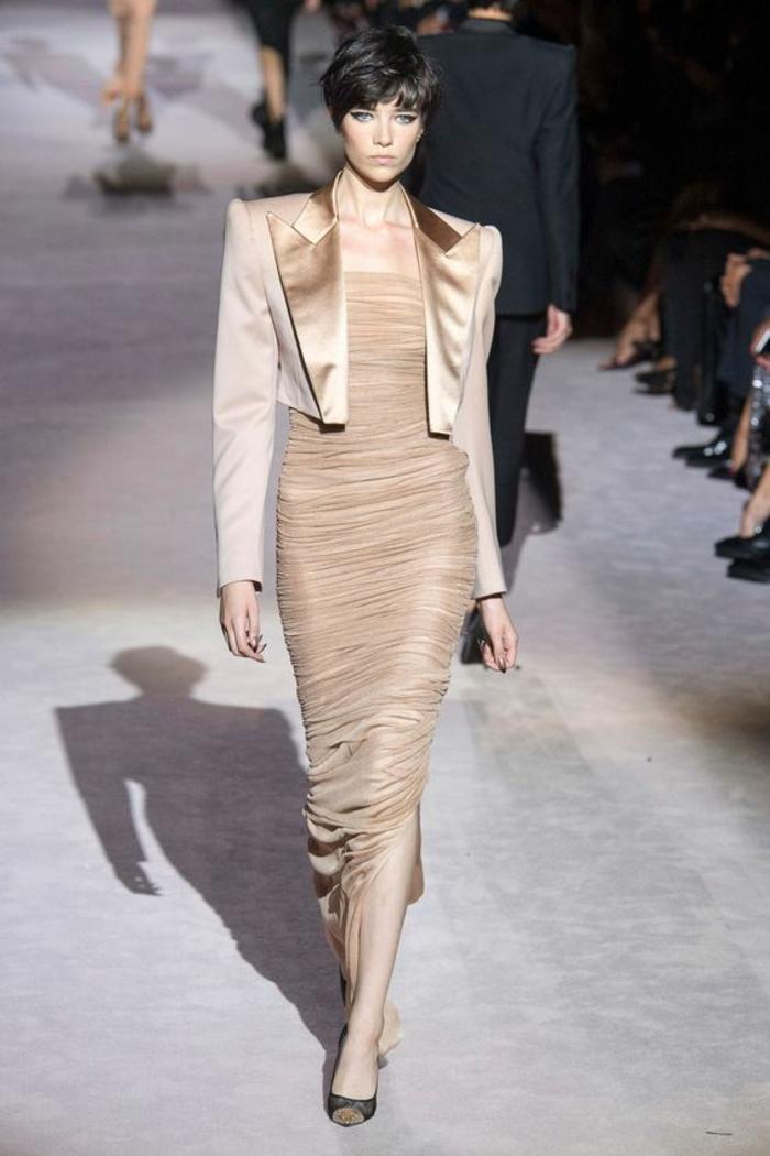 robe longue de soirée en couleur bronze avec boléro beige aux revers satinés en couleur bronze collection de Tom Ford
