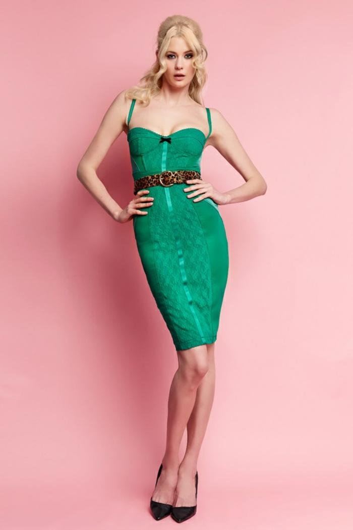 robe de soiree longue en dentelle verte et des bretelles fines au bustier portée avec une ceinture large aux motifs léopard