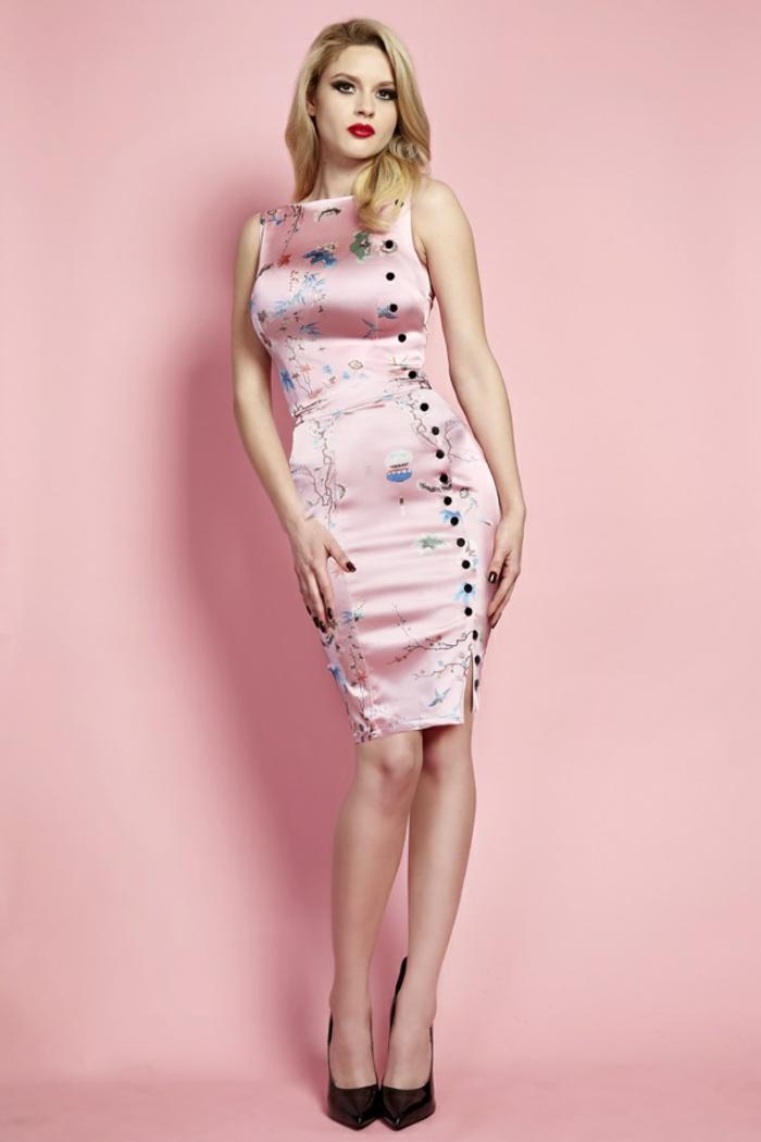 robe rose poudré dans n style chinois avec des petites fleurs délicates en bleu turquoise et des petits boutons noirs sur le côté gauche