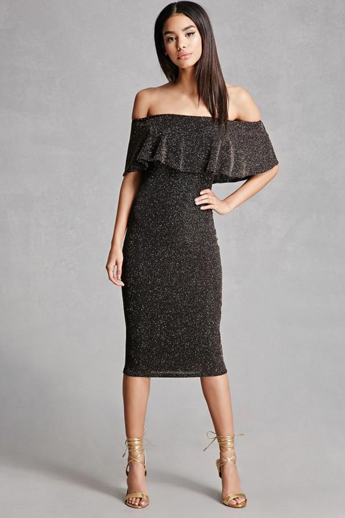 robe longue noire moulante en stretch robe epaule nu avec buste volanté portée avec des sandales aux lacets couleur or finition métallique