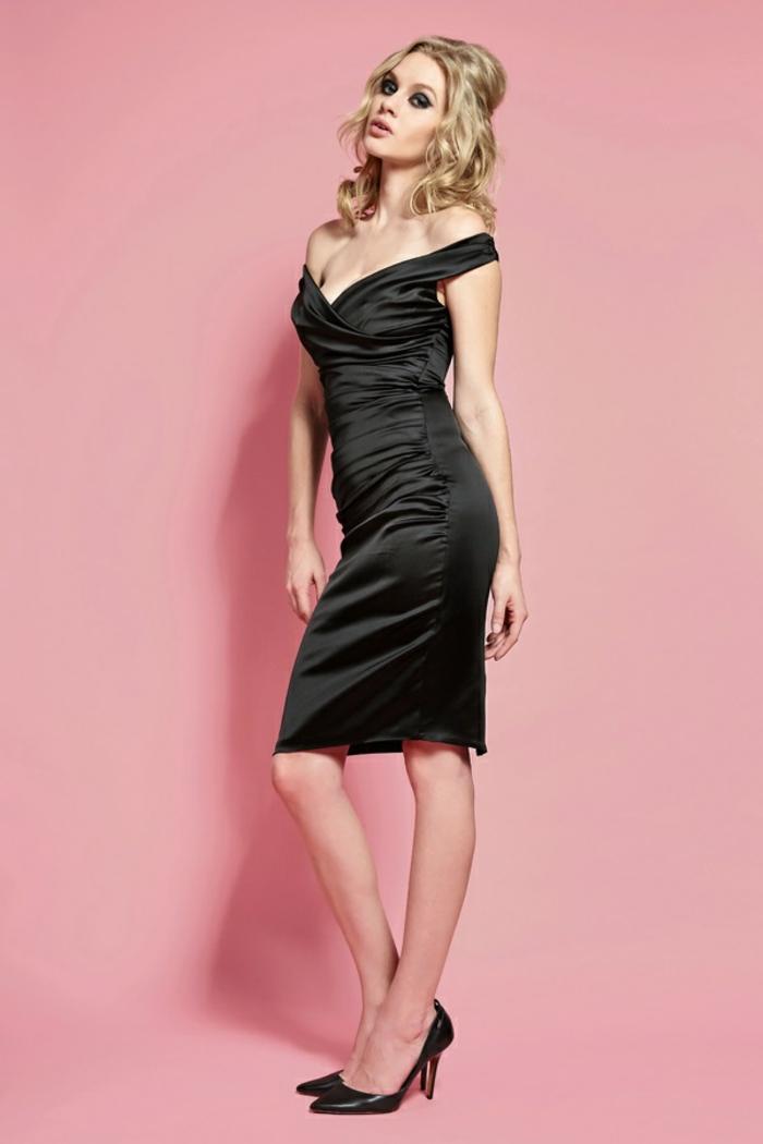 robe longue noire avec les épaules tombantes avec décolleté plongeant en satin noir occasions et cocktails