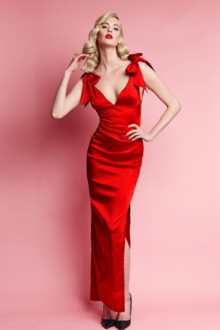 robe longue de soirée en rouge avec grande fente et avec deux nœuds sans manches avec escarpins noires pointues