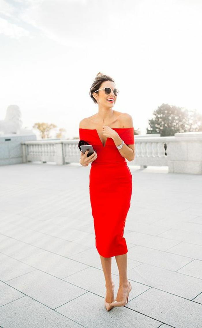 robe longue de soirée couleur rouge avec des épaules nues longueur sous le genou taille sublimée portée avec des escarpins talons aiguilles couleur nude