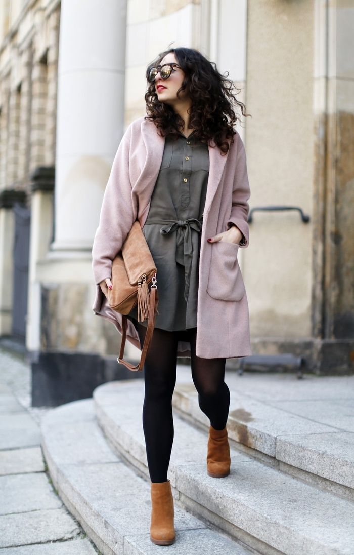 look stylé en automne en robe kaki type chemise, manteau rose pastel et bottines camel