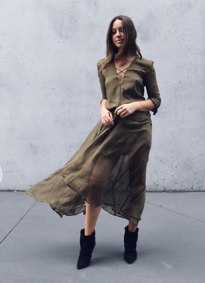 une robe kaki à croisillons de style bohème assortie avec des bottines cuissardes noires