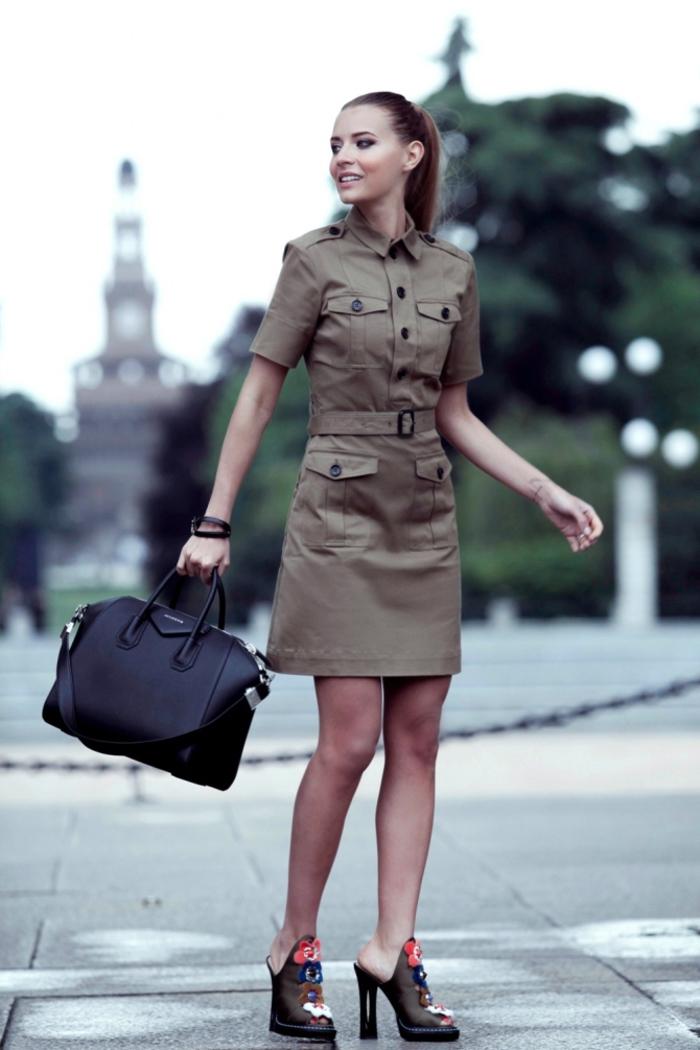une robe kaki au look formel et militaire féminisée par une paire de sandales fleuries talon haut