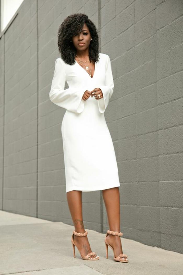 robe longue blanche avec des manches longues évasées et décolleté plongeant en V portée avec des sandales en beige clair