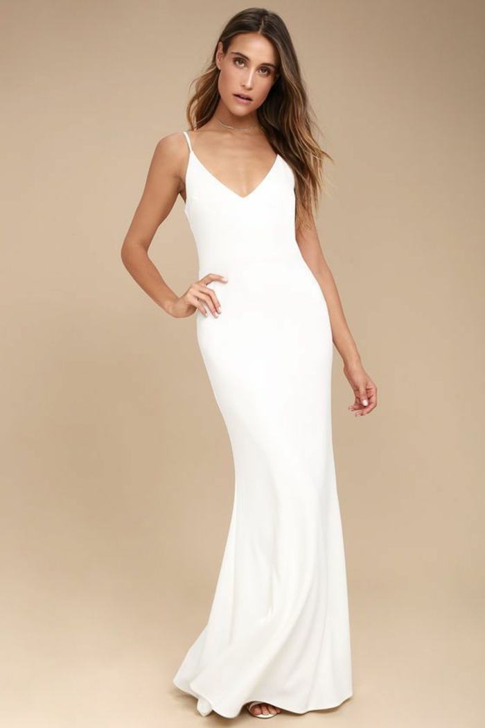 robe longue moulante en blanc couvrante les chaussures avec décolleté en V avec des fines bretelles