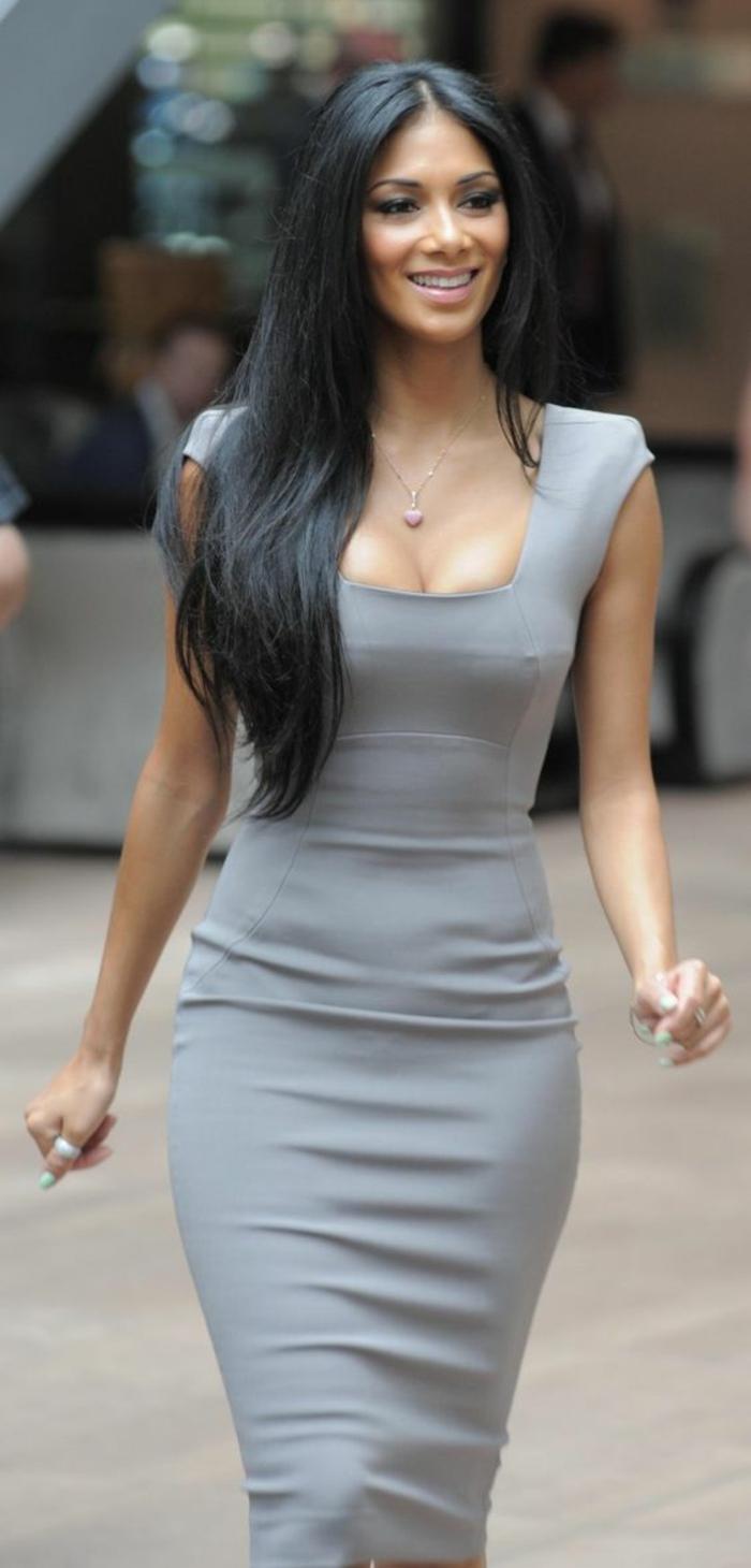 robe longue moulante grise met en valeur la taille les épaules les hanches et les fesses chic quotidien