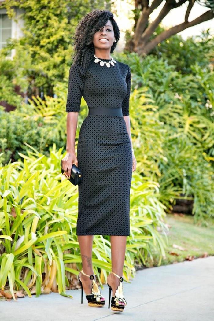 robe de soirée longue en noir avec des manches courtes et col fermé longueur sous le genou avec ceinture de tissu noir satiné
