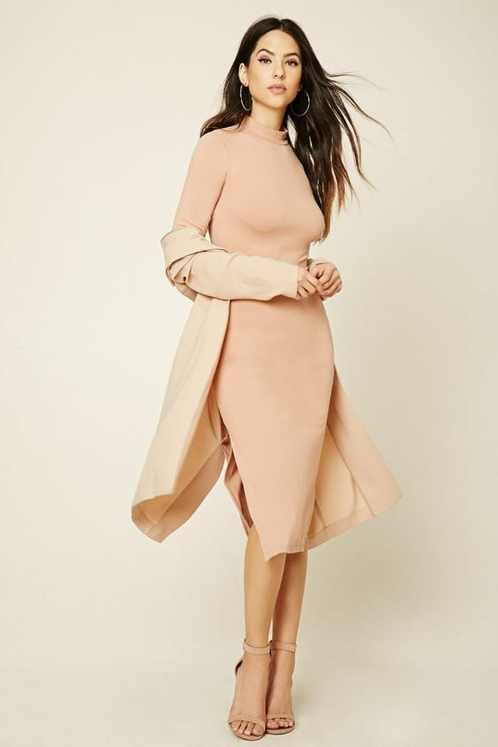 robe rose poudré avec deux fentes latérales et col fermé avec des manches longues en tricot fin couleur pêche