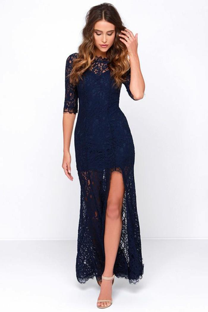 robe longue de soirée en couleur bleu marine modèle fluide dans sa partie basse avec fente profonde sur la jambe gauche