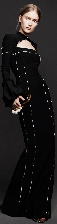 robe longue moulante en noir avec des minuscules détails blancs petits boutons et décolleté fermé fermé avec un petit bouton blanc sur le cou