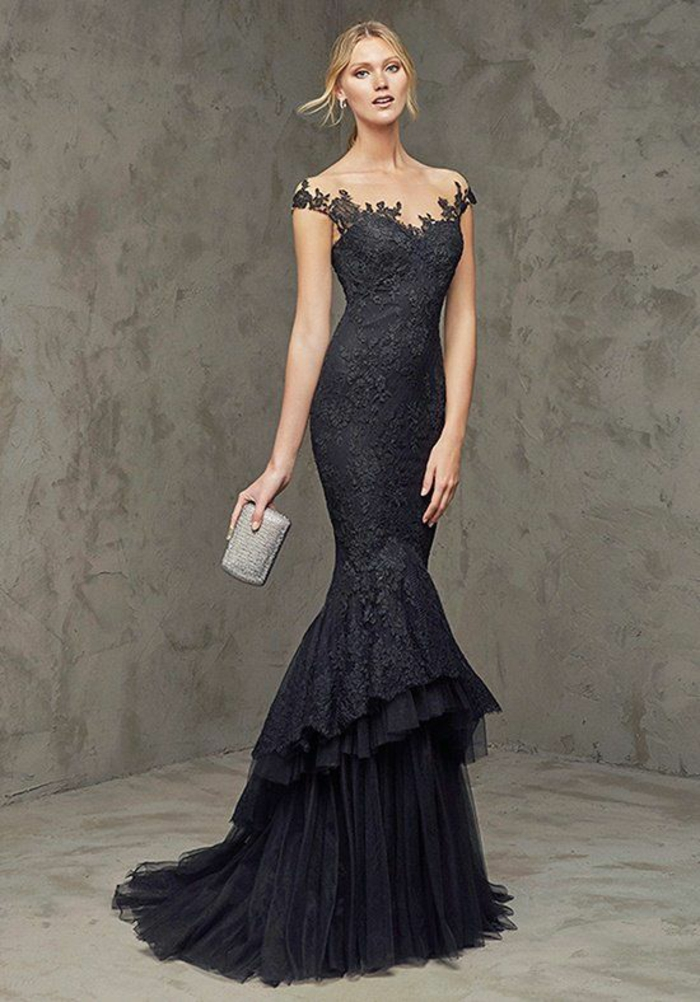 robe longue de soirée en dentelle grise nuance anthracite avec les épaules découvertes robe qui se termine avec des volants et une petite traîne en tulle anthracite