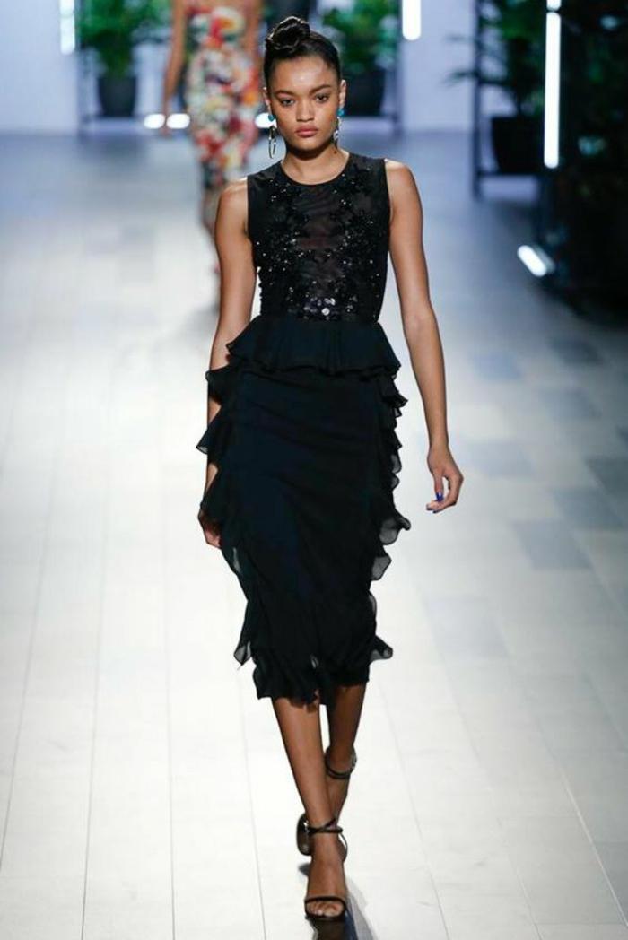 robe nouvel an et occasions formelles avec partie haute avec des applications de pierres synthétiques noires et partie basse en volants semi transparents en tulle noir