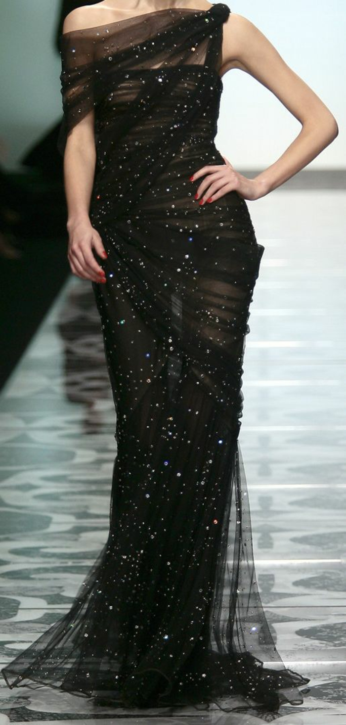 robe noire dentelle et tulle noir effet drapé sur le corps robe nouvel an décolleté grec avec des Swarovski