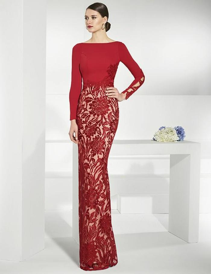 robe de soiree longue en rouge brique avec partie basse en dentelle aux motifs fleurs et des manches longues avec leurs parties basses fermées par trois boutons