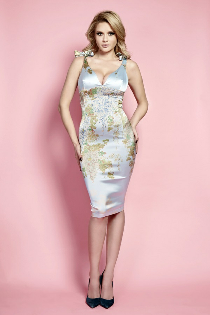 robe longue moulante en satin couleur gris ornée avec des fleurs en nuances pastels avec deux grands nœuds aux épaules